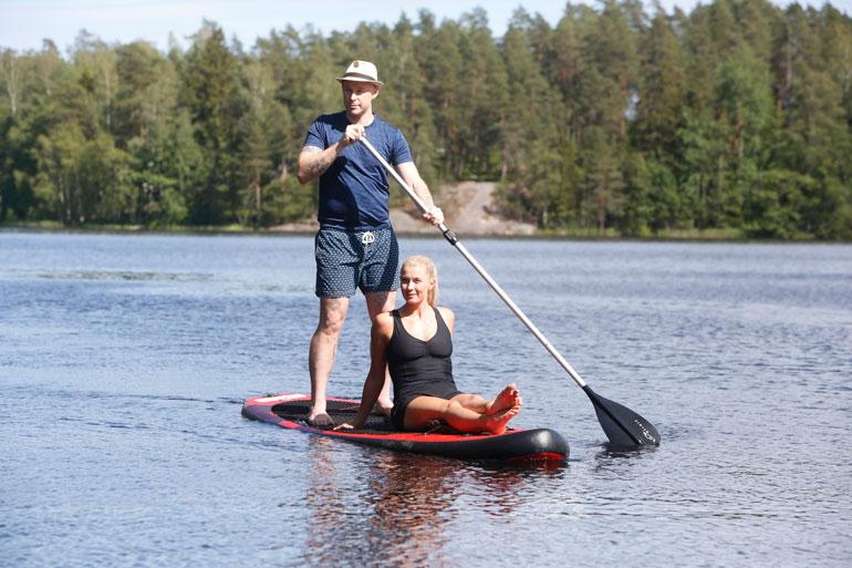 – Hengailemme paljon järvellä ja kävelemme usein kansallispuistossa. Talvisin Darren jo hiihteleekin, Monika kehaisee.