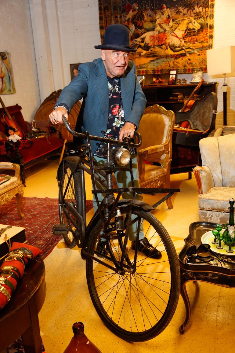 Remu Shopista löytyy tavaraa joka lähtöön. Pyörän Remu hankki Turengista huutokaupasta. – Jos tämä pystyisi puhumaan, sillä olisi monta tarinaa. Kaikilla asioilla on sielunsa.
