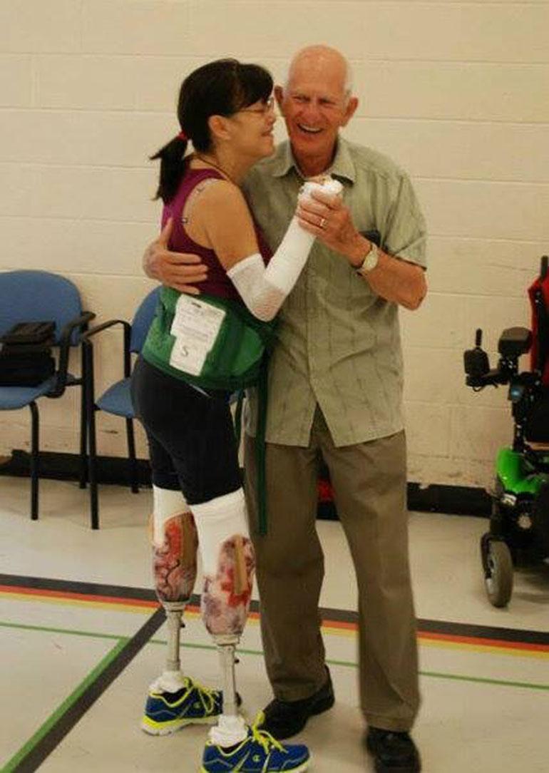 Sisukas Christine tanssahteli vierailulle tulleen appiukkonsa kanssa jo kolme kuukautta amputoinnin jälkeen.
