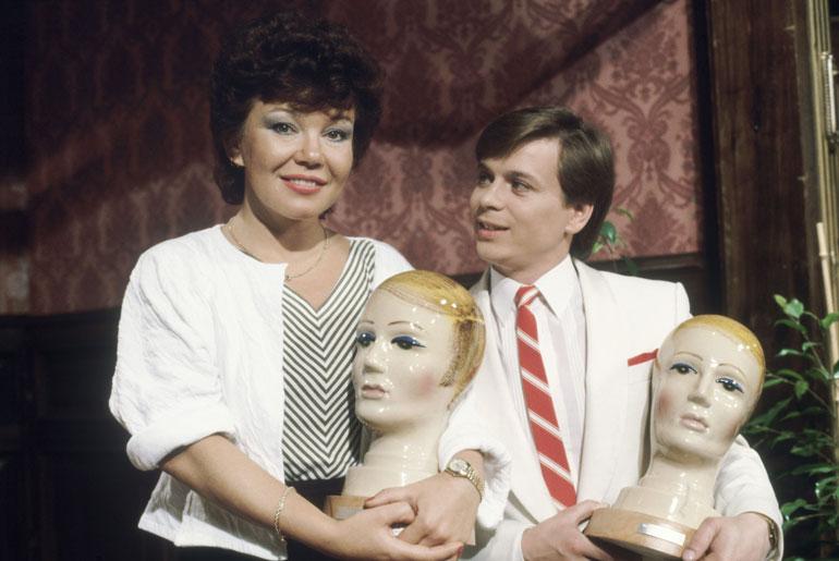 Jättihitti Avaa hakas toi Kakelle Emma-patsaan vuonna 1984. Rinnalla toinen iskelmätähti Anita Hirvonen.