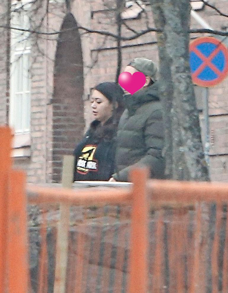 Shirly Karvinen kuvattuna miehensä kanssa huhtikuussa.