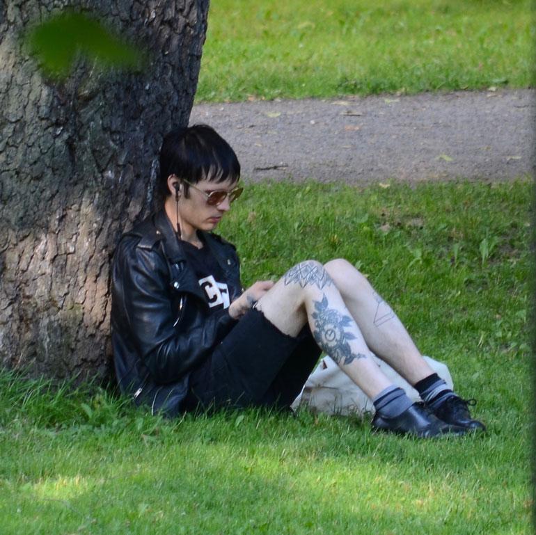 Miki Liukkonen puistossa.