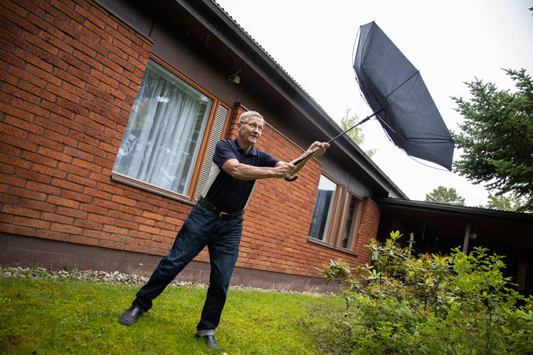 Mäntyharjun Ahvenprofessori Matti Paasonen kehottaa pitämään hatuista ja sateenvarjoista kiinni. – Kesä on epävakainen ja tuulinen, syksyllä tuuli yltyy myrskyiksi ja sadekuuroja piisaa.