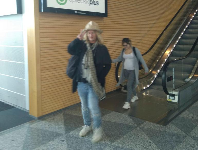 Jukka Hilden ja Chachi lentokentällä.