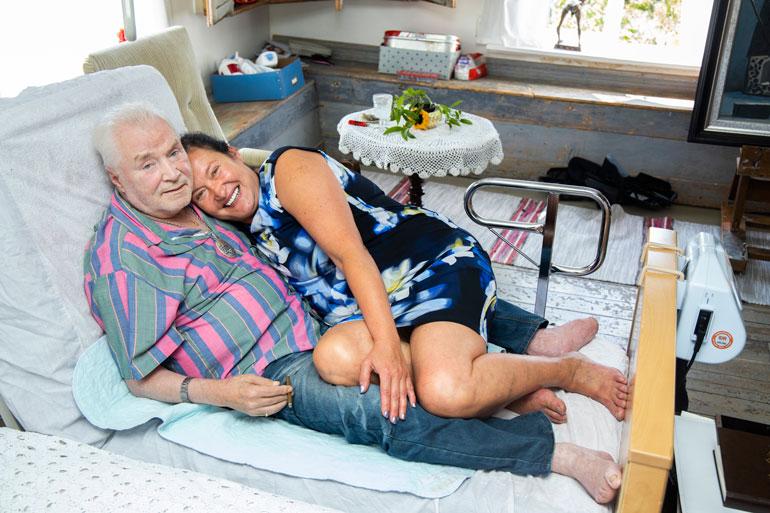 – Rakastamme toisiamme loppuun saakka, Leila ja Juhani Palmu vakuuttavat sylikkäin sairaalasängyllä. Taiteilijan yhdeksän varvasta jouduttiin amputoimaan, kun hän syttyi tuleen kaksi kesää sitten.