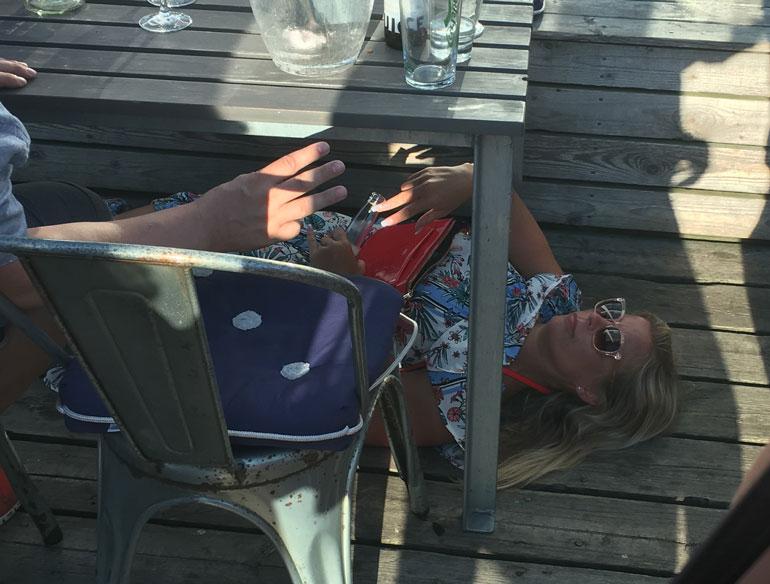 Kesken kostean iltapäivänsä Hanna päätti mennä makaamaan ravintolan pöydän alle.