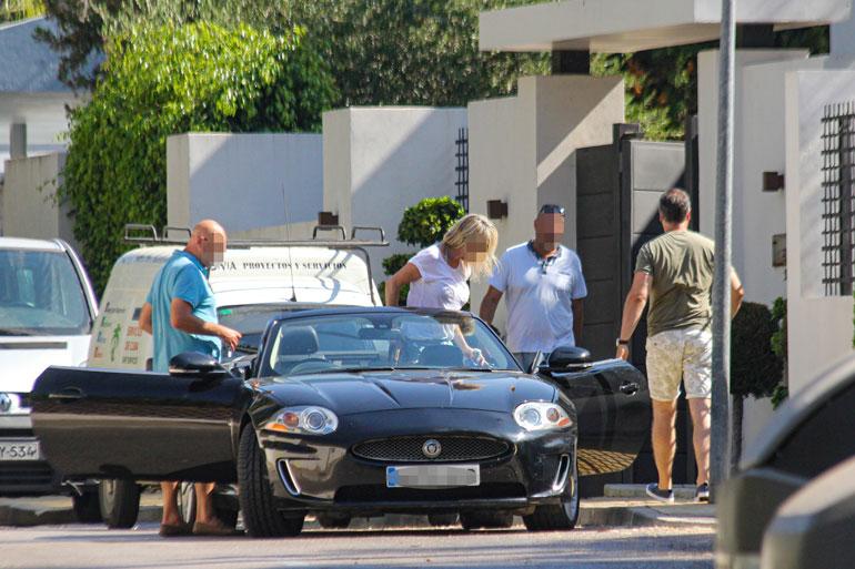 Neljän hengen seurue saapui auttamaan tavaransiirrossa avo-Jaguarilla.