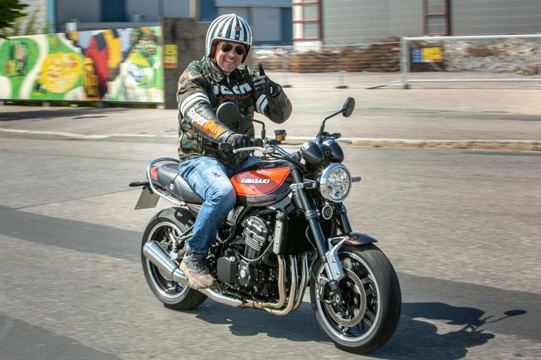 – Tässä on unelmapyöräni Kawasaki Z900RS, Arttu paljastaa.