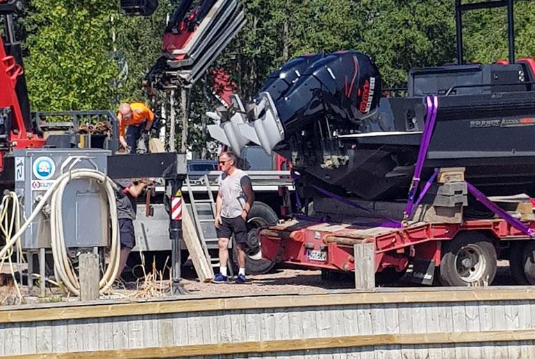Venettä valmisteltiin kuljetukseen Kotkassa Suulisniemen satamassa.