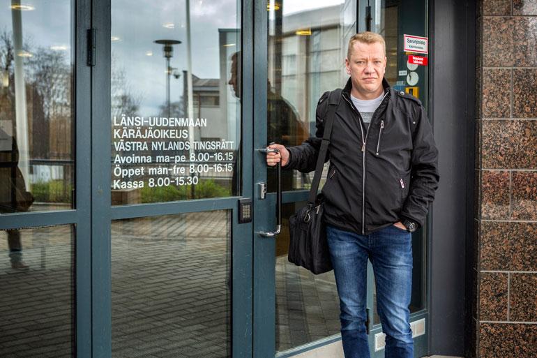 Yölinnusta lähtöpassit 2017 saanut Matti Silmu vaatii veljeltään 60000 euron korvauksia tulonmenestyksistä. Kuva on toukokuulta 2018, jolloin Matti haki tuloksetta lähestymiskieltoa Simolle.