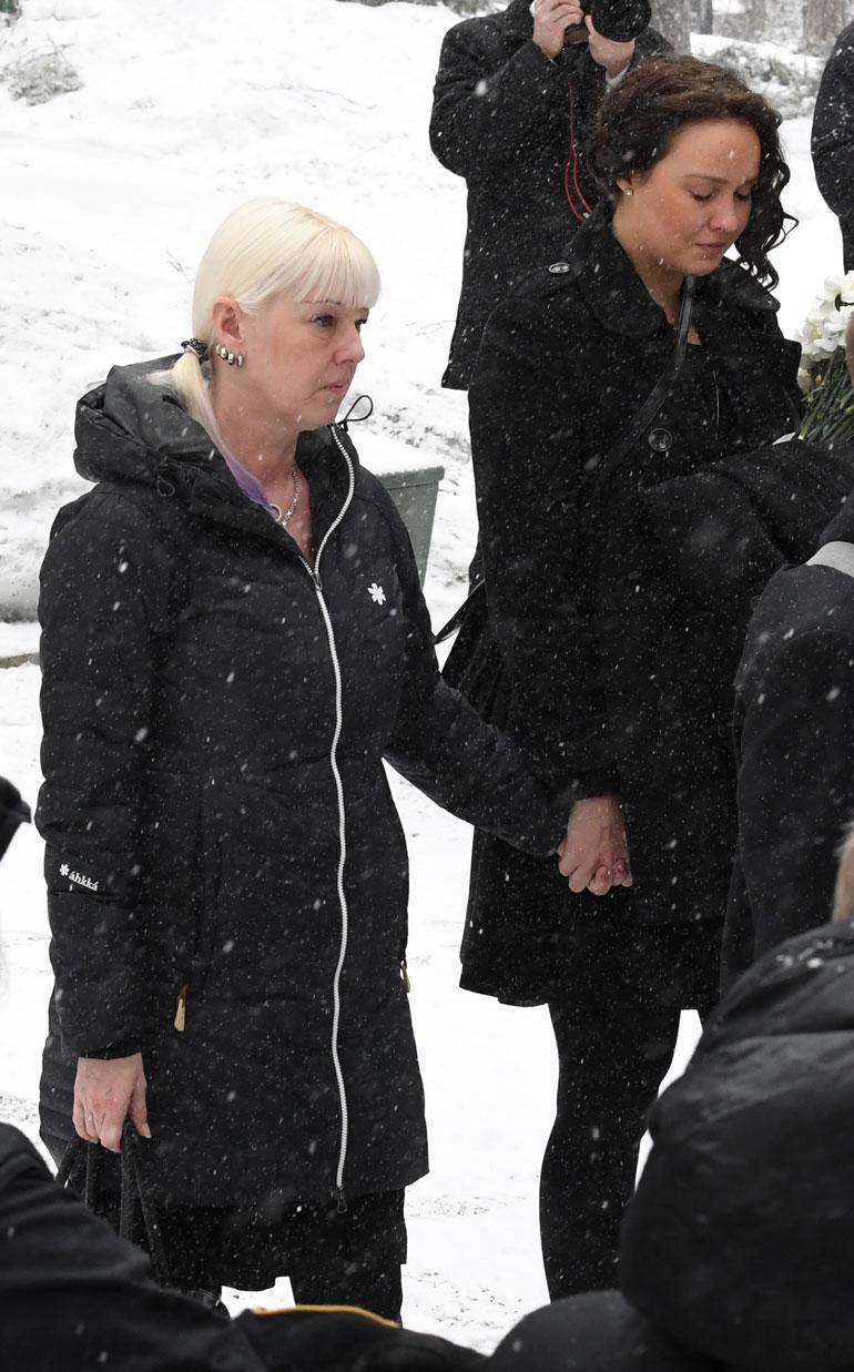 Helmikuussa Matin hautajaisissa Pia ja Eveliina pitivät toisiaan kädestä.