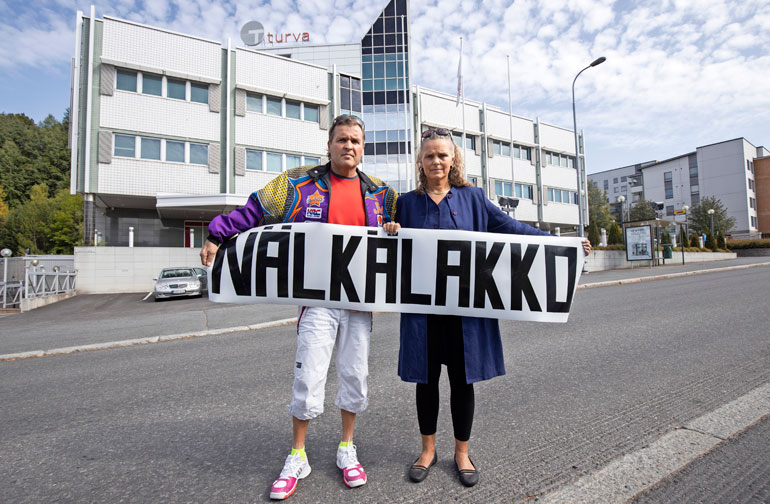 Jari ja Marketta Hautakorpi ovat taistelleet vakuutusyhtiöitä vastaan yli 25 vuotta. Nyt he aloittavat viimeisen epätoivoisen tempauksensa: nälkälakon Turvan edustalla Tampereella. Vakuutusyhtiöä ei vastannut Seiskan kommenttipyyntöihin.