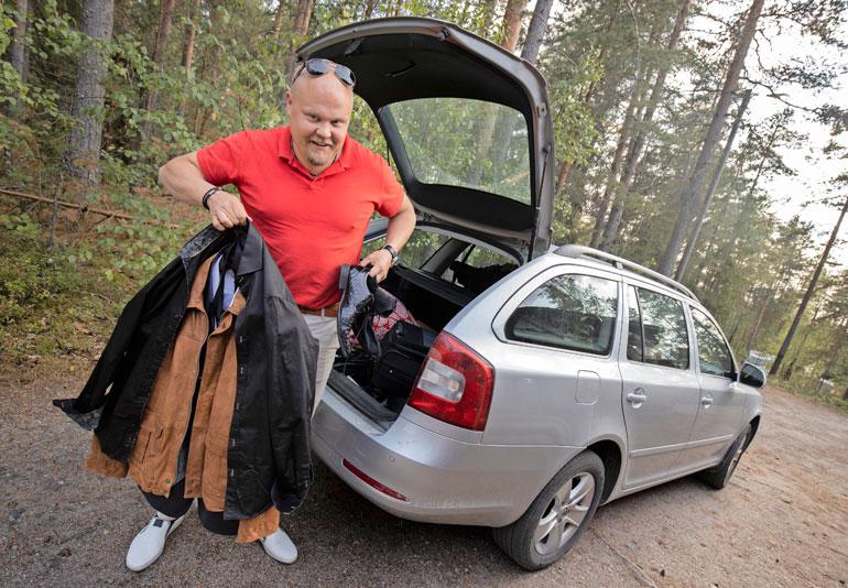Johannes on ajellut keikoille omalla farmari-Skodallaan, mutta tulossa on isompi sponsoriauto, johon mahtuuu esiintymisvaatteiden lisäksi kalastusvehkeetkin.
