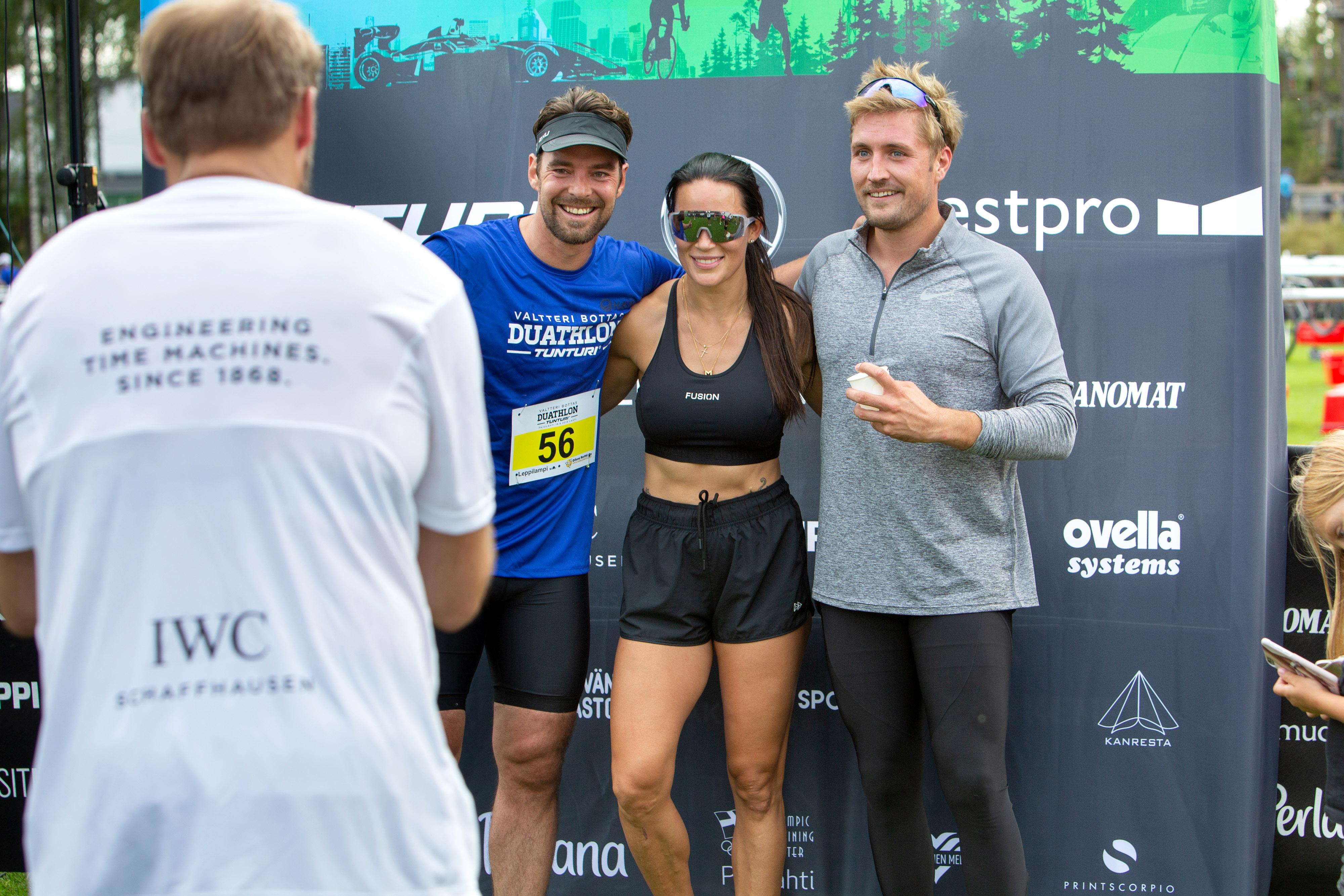 Maalissa oli helppo hymyillä. Vasemmalta oikealle Mikko Leppilampi, Martina Aitolehti ja Stefan Therman.