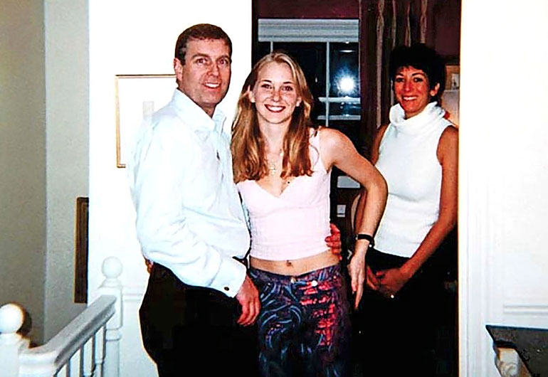 Prinssi Andrew ja 17-vuotias Virginia sekä Epsteinin ex-rakas Ghislane kuvattuna viimemainitun kodissa Lontoossa vuonna 2001.