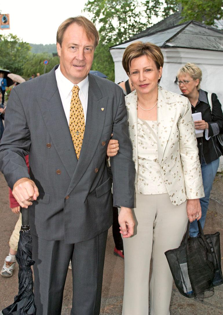 Hannu on naimisissa Kaisu-vaimonsa kanssa. Kuva vuodelta 2004.