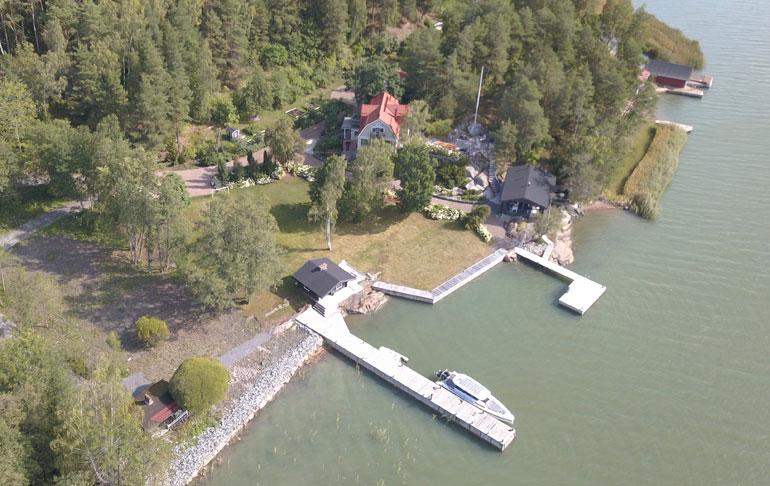 Saku Koivun 200 000 euron vene majailee kuvassa kesähuvilan laiturissa.