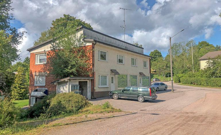 Rokkiparin uusi koti sijaitsee vanhan pienkerrostalon toisessa kerroksessa.