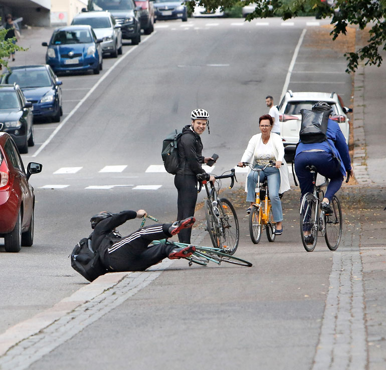 Seurueen poistuessa Lundinaukiolta Li Anderssonin erityisavustaja Dan Koivulaakso kaatui yllättäen katuun.