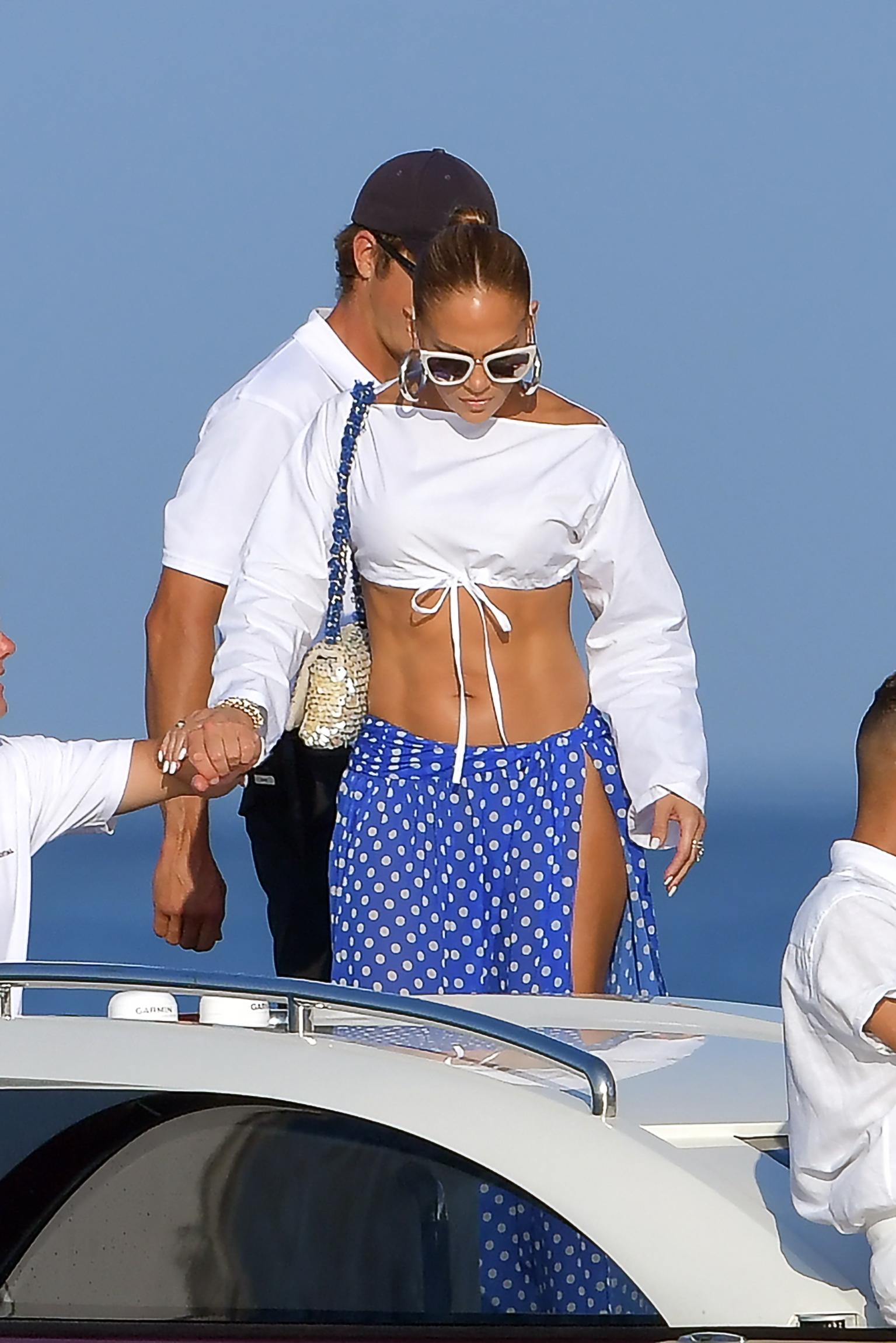 Megatähti oli valinnut ylleen luomuksen, joka paljasti Jenniferin timmiäkin timmimmän keskivartalon.