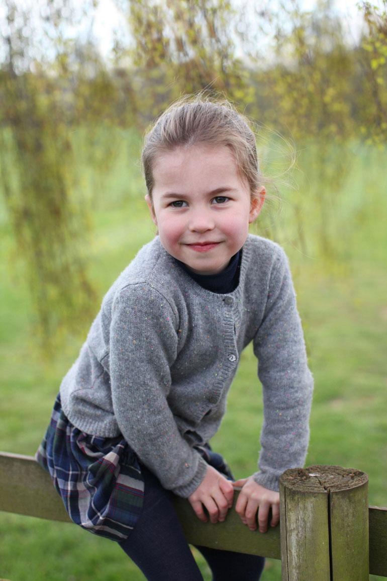 Charlotte on älykäs ja ilkikurinen nelivuotias. – Hänellä on samanlainen huumorintaju kuin kuningattarella, Kate-äiti kertoo.