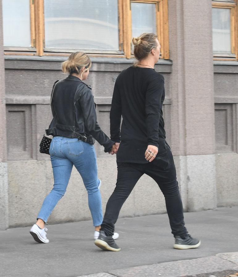 Pari käveli käsi kädessä ja kellontarkasti samassa tahdissa.