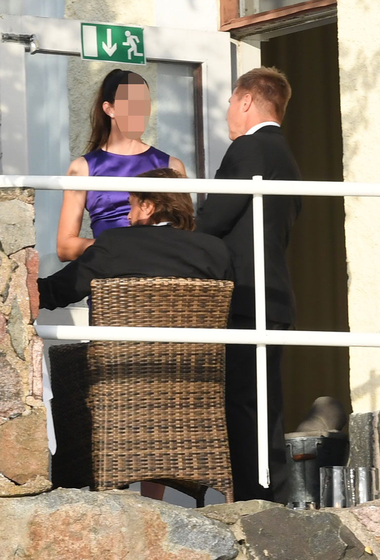 Mika jakoi kuulumiset brunetin kanssa Casinon terassilla.