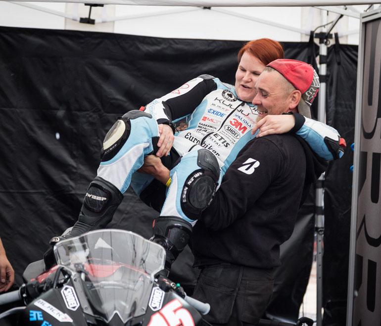 Ulla tarvitsee apua muun muassa pyörän päälle nousemisessa.