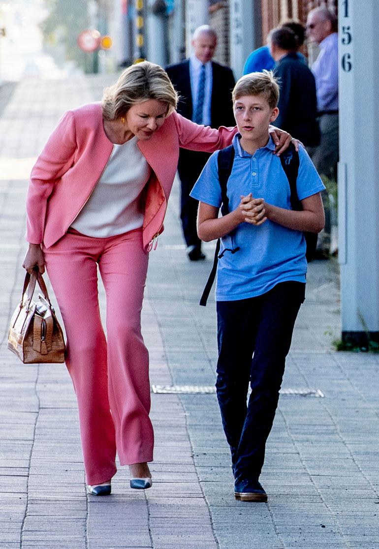 Kuningatar saattaa poikansa kouluun.
