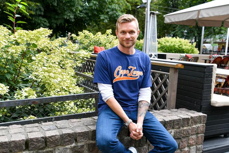 Kukaan ei kuulemma enää tunnista Iiroa Suomessa, jossa hän ei ole asunut 20 vuoteen. – Nautin siitä anonymiteetistä, kun voin kävellä tukka sekaisin kaupungilla eikä tarvitse välittää, mitä ihmiset ajattelevat.