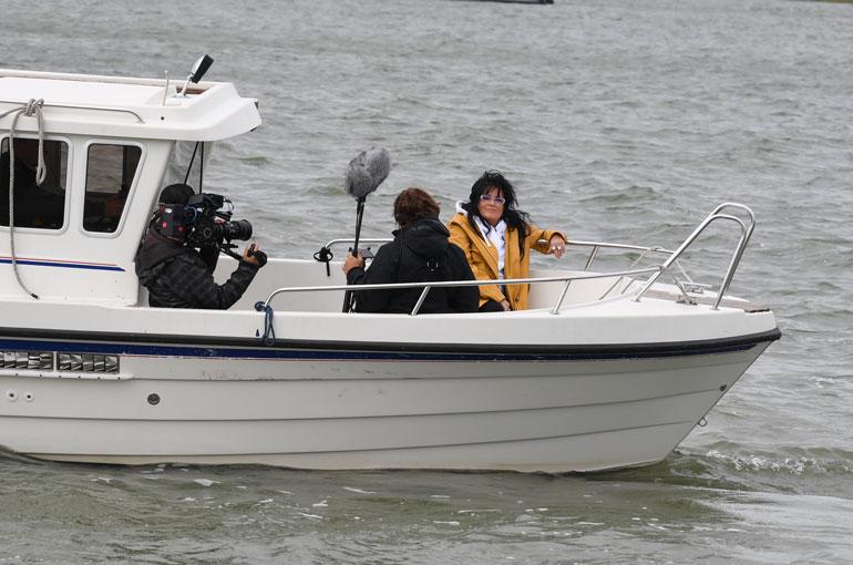 Kaija istahti veneen keulaan, kun kameramies alkoi kuvata häntä.
