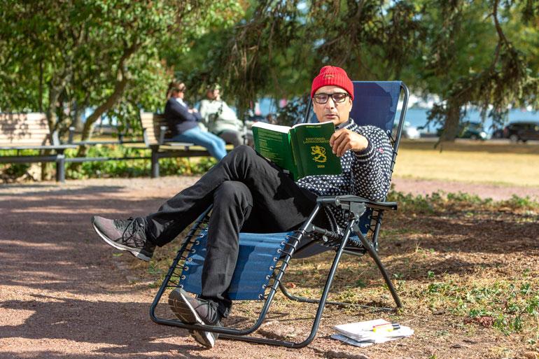 Asianajajaliitosta jäähytetty Heikki pänttää kiinteistöjuridiikkaa keskellä Eiranrannan puistikkoa. Hän on kiikuttanut paikalle jopa oman tuolinsa.