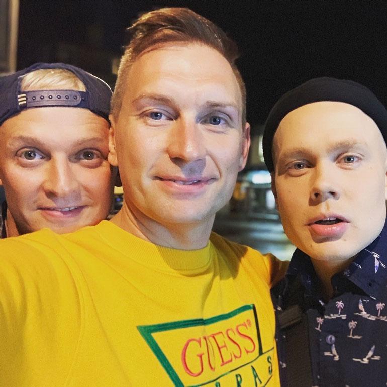 Marko Vainio on tehnyt dragia työkseen jo 15 vuotta. Fringe-festareilla häntä taustoittivat Henri Sarajärvi (vas.) ja Jero Mäkeläinen. Pojat ovat tanssineet mm. Antti Tuiskun kiertueella.