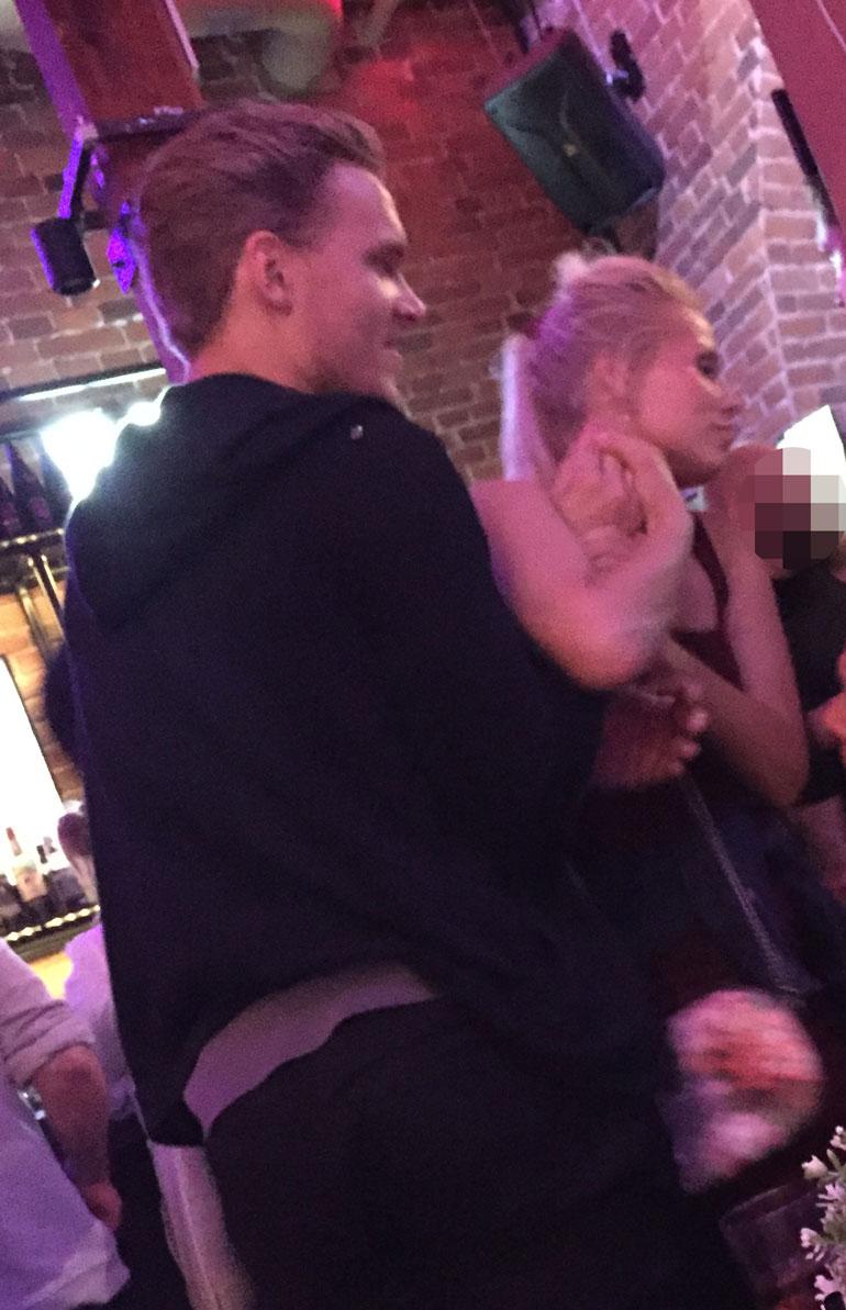 Katariina ja Mikko bongattiin läheisissä tunnelmissa helsinkiläisestä karaokeravintolasta elokuussa.