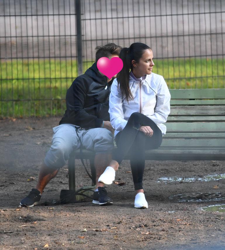 Kaksikko viihtyy hyvin Kaivopuiston koirapuistossa. Tuuheat lehmukset antavat lempijöille näkösuojaa.