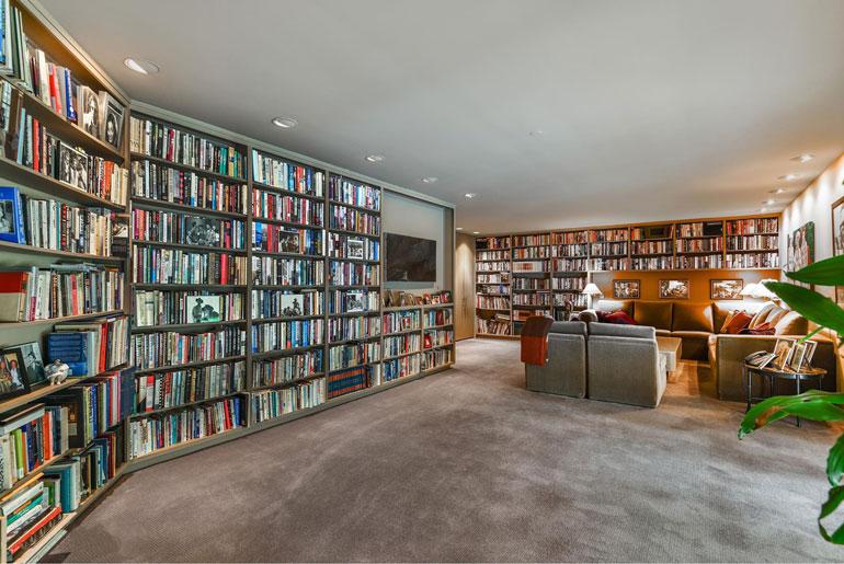 Uuden rakkaan olisi hyvä arvostaa lukemista, sillä Adelella on uudessa sinkkukodissaan pienen maakuntakirjaston veroinen kirjakokoelma.