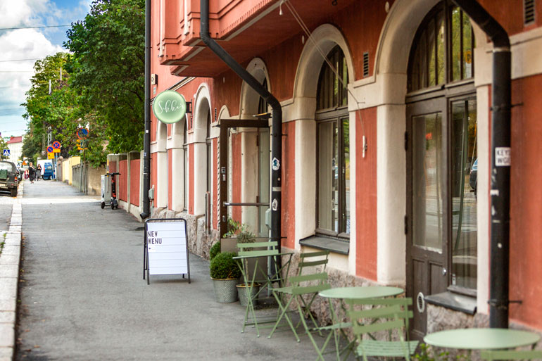 Sikke's sijaitsee Helsingin Eirassa Sandro-ravintolan entisissä tiloissa.