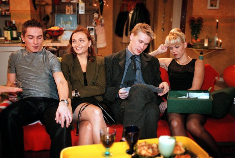 Samin esittämä Aki nähtiin ensimmäisen kerran Salatut elämät -sarjassa vuonna 1999. Kuvassa vastanäyttelijät Piitu Uski, Matti Ristinen ja Anu Palevaara.