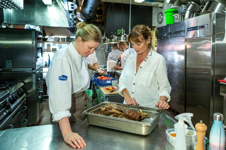 Keittiömestari Pipsa Hurmerinta ei pelkää kysyä neuvoa kokeneemmilta alaisiltaan.