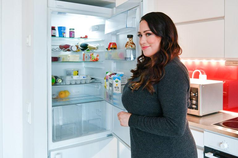 Niinan jääkaapista löytyy herkkusieniä, tomaatteja, kananmunia, inkivääriä ja kauramaitoa. – Kokkaan harvoin kotona. Ruokavalioni koostuu tällä hetkellä pitkälti salaateista, Niina myöntää.