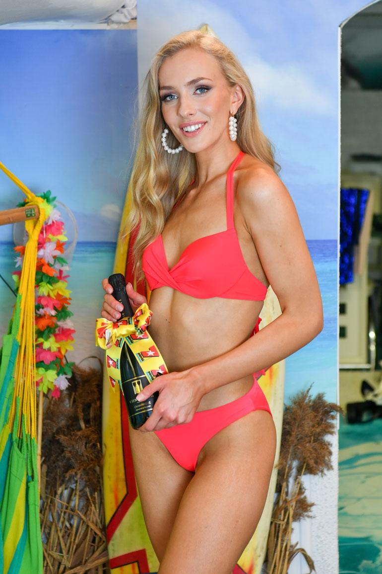 Seiska lahjoitti tuoreelle Miss Suomelle juhlajuomaa eli samppanjaa. – Kiitos, Seiska!