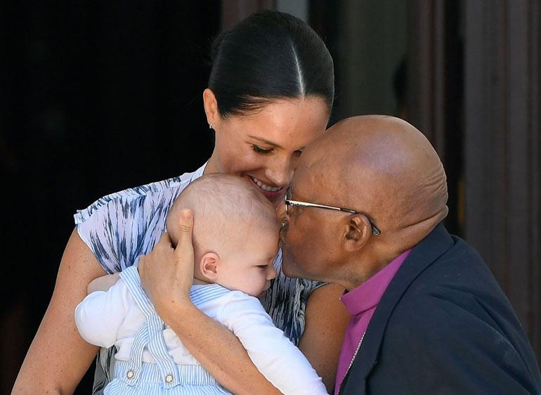 Arkkipiispa Desmond Tutu muiskautti suukon Archien otsalle.