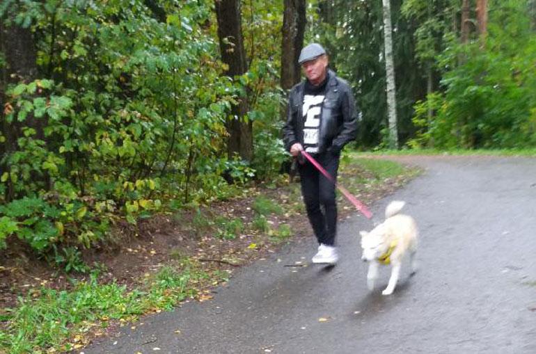 Mikko Rasila ja koira.