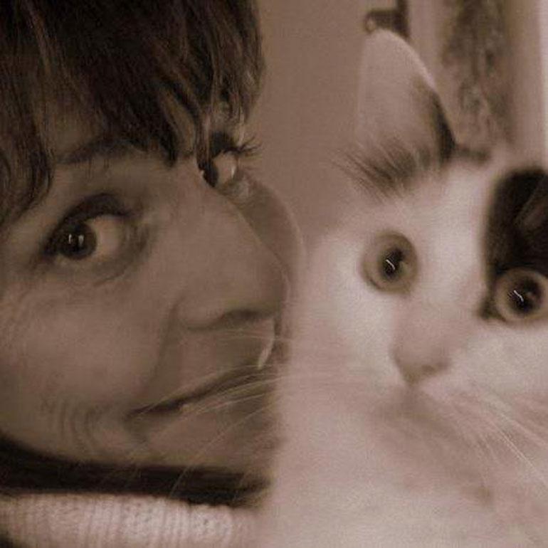 Inka Bergenström kasvattaa turkkilaisia van- kissoja. Kuvassa Valier´s Ciarra ja Inka.