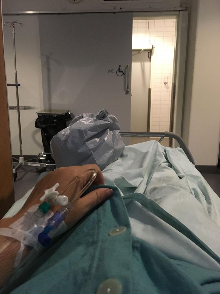 Johannan itsensä ottama kuva sairaalassa, missä hänet lopulta laitettiin tiputukseen.