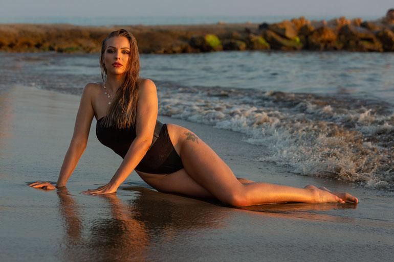 – Poseerasin ensimmäistä kertaa alasti kuvaajalle Playboyn kuvauksissa. Kuvaustilanne oli rento ja mukava, Erika kertoo.