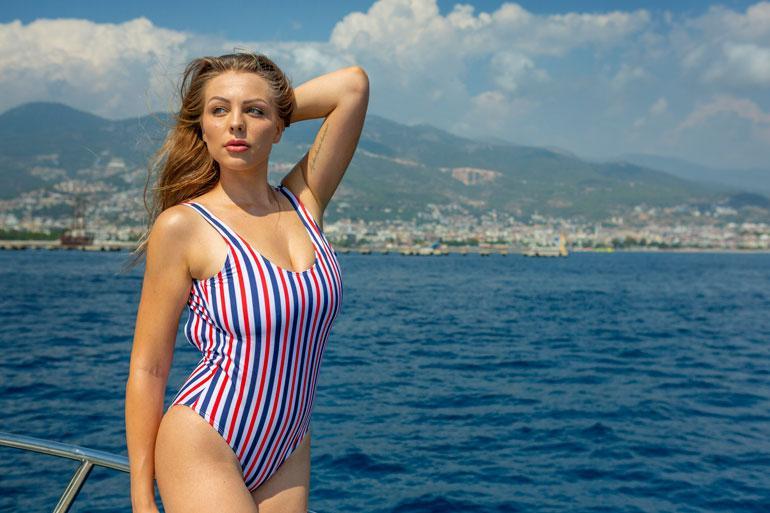 Erika haukuttiin vuoden 2018 Miss Suomi -kiertueen aikana silikonitissihirviöksi. – Tuntuu huvittavalta, jos jengi luulee, että tällaisen kropan saa vain leikkaamalla. Minulle on kuitenkin suotu hyvät geenit.