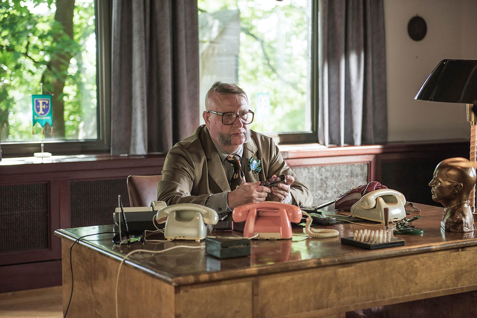 Kari Väänänen esittää elokuvassa Fingerporin pormestaria Aulis Homeliusta.