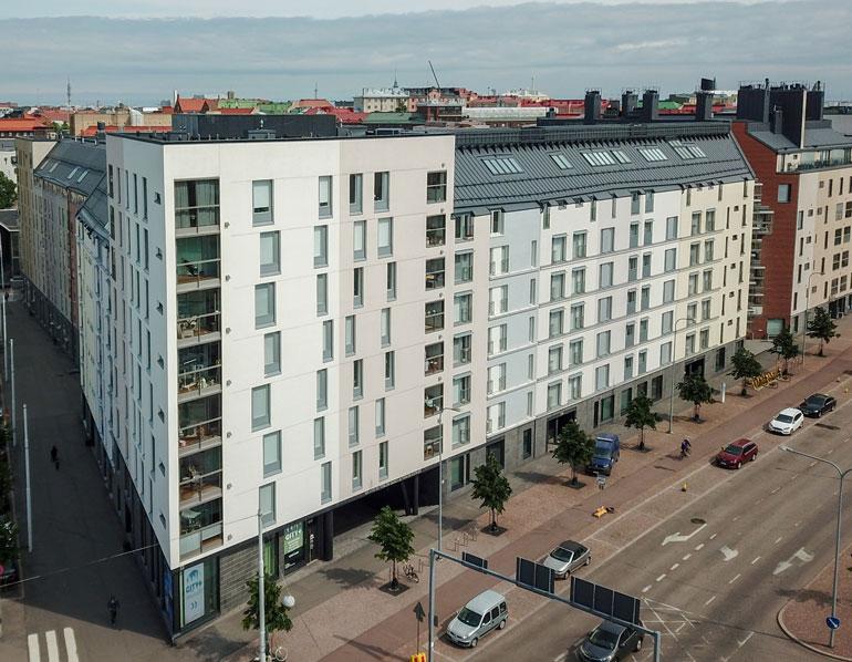 Janni ja Joel pitävät vähemmän vaatimatonta majaansa Helsingin keskustan tuntumassa.