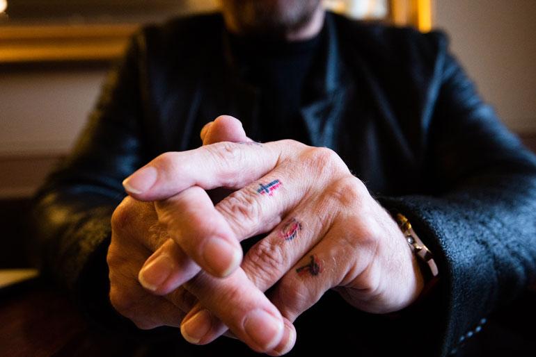 Ennen Pakistaniin matkaamistaan Jussi otti sormiinsa kristinuskoa symboloivat tatuoinnit. – Koin, että ne olivat minulle passi pois, jos tulisi paha paikka.